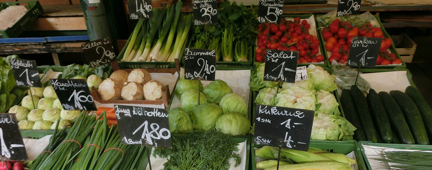 Küchenlexikon Österreich: Gemüsestand auf dem Naschmarkt in Wien