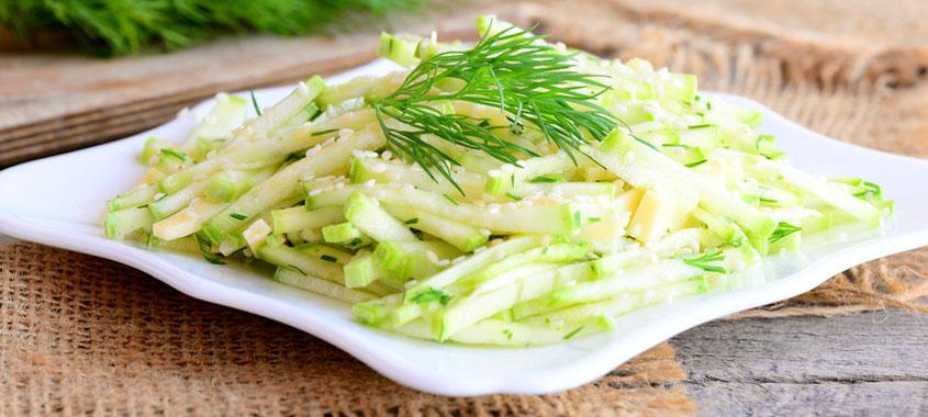 Salat Rezept: Schweizer Zucchetti Salat auf einem Teller