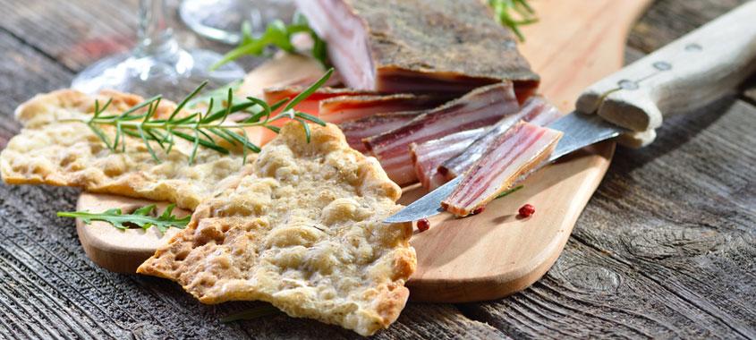 Salat Rezepte: Südtiroler Brotsalat mit Speck