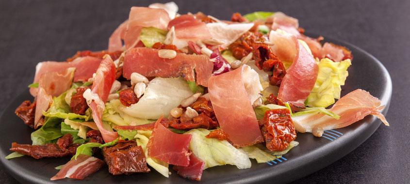 Salat Rezepte: Südtiroler Specksalat auf einem Teller