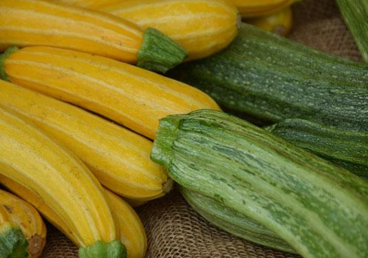 Zucchini-Rezepte: Zucchini in gelb und grün mit Streifen
