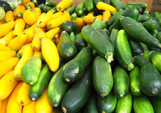Zucchini-Rezepte: Viele geerntete Zucchini auf einem Markt