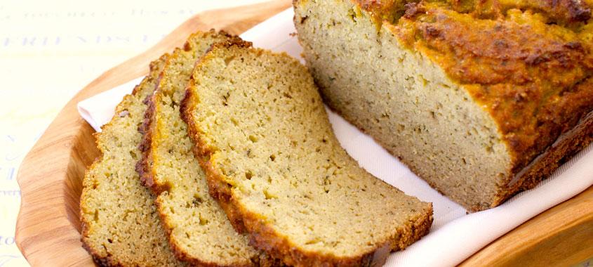 Zucchini: Zucchini-Brot aufgeschnitten in einem Brotkorb