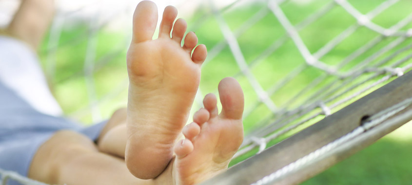 Sommerbeschwerden: Beine liegen in der Hängematte