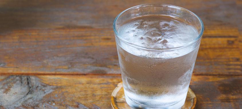 Sommerbeschwerden: Wasserglas auf einem Tisch