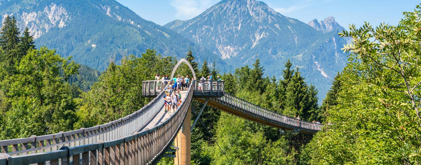 Der Baumwipfelpfad in Füssen Ziegelwies vor Bergpanorama