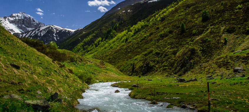 Blasenfrei Wandern: Gebirgsbach in den Bergen