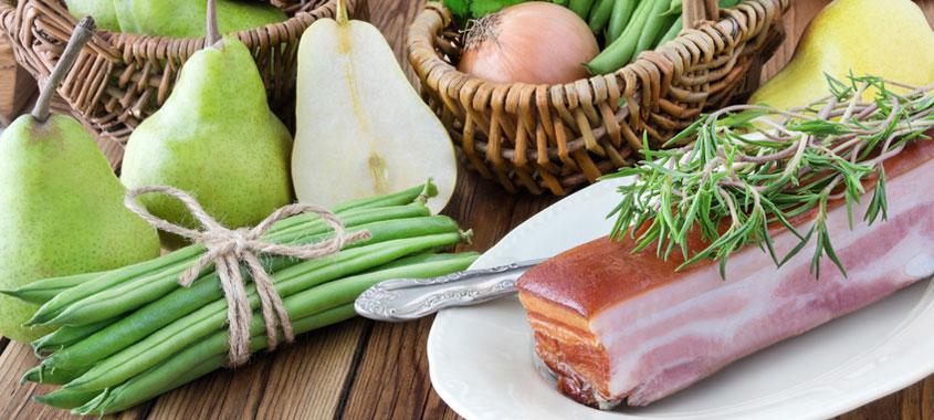 Zutaten für einen Birnen-Bohnen-Speck-Eintopf liegen auf einem Tisch