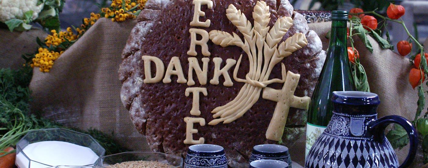 Erntedank – geschmückter Altar in der Kirche