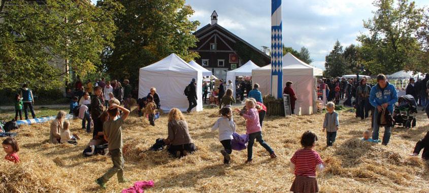 Erntedankfest in den Hermannsdorfer Landwerkstätten in Glonn: Kinder spielen im Heu