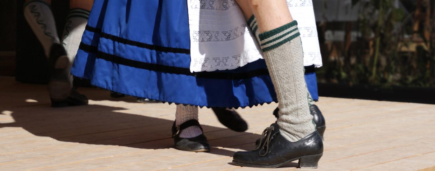 Kirchweih: Paar beim bayerischen Volkstanz