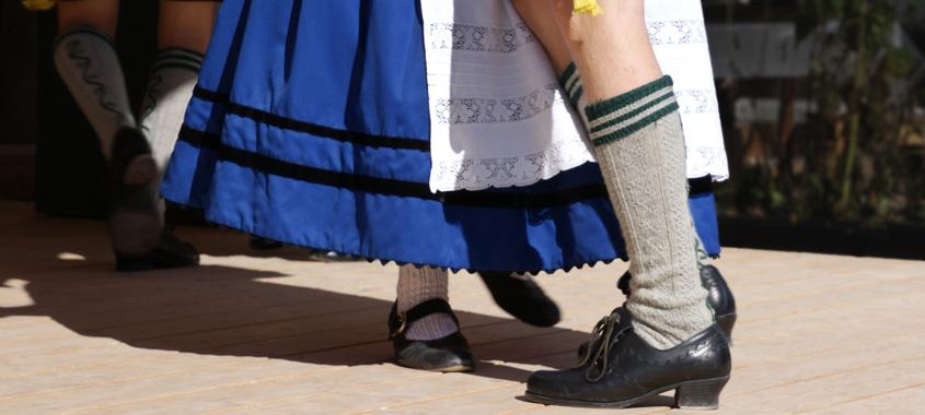 Betteltanz in Raisting am Kirchweihmontag: Paar beim bayerischen Volkstanz