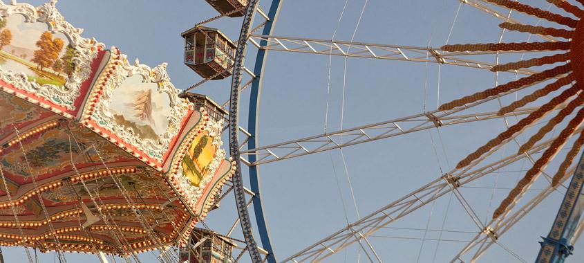 Kettenkarussell und Riesenrad auf dem Oktoberfest