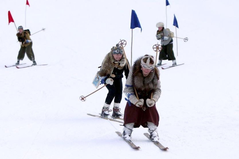 Veranstaltungstipps Februar: Teilnehmerinnen des Nostalgie-Skirennens in Röcken und mit Pelzstola
