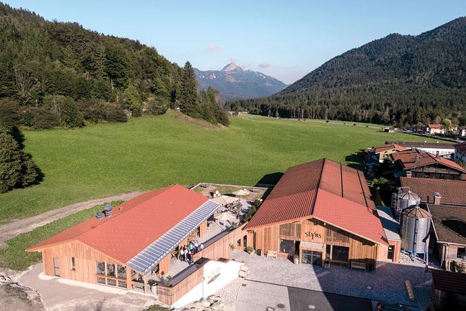 Luftaufnahme des Produktionsgeländes in Neuhaus, einem Ortsteil der Gemeinde Schliersee in Oberbayern