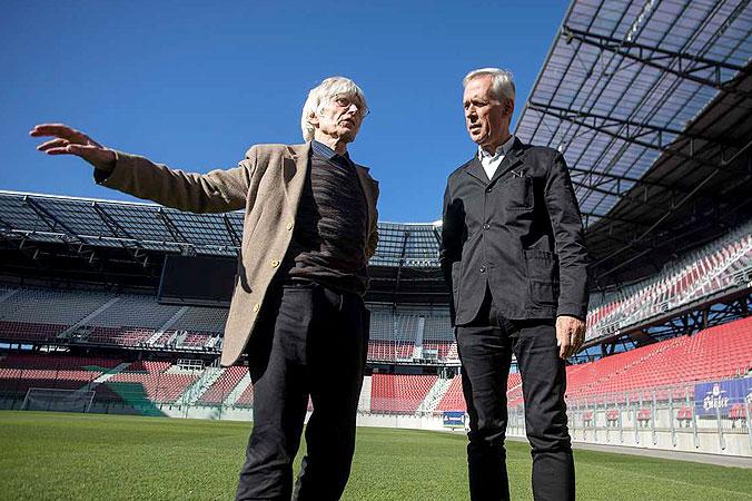 Die Künstler Max Peintner und Klaus Littmann vor Ort im Klagenfurter Stadion